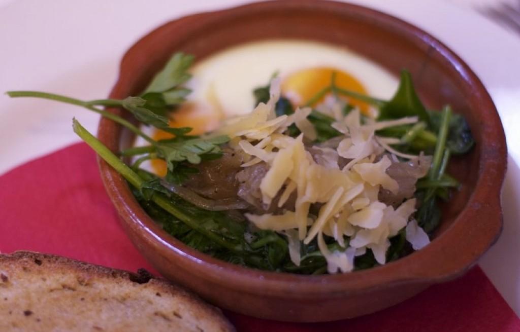 Jaja zapiekane z warzywami, serem i szynką