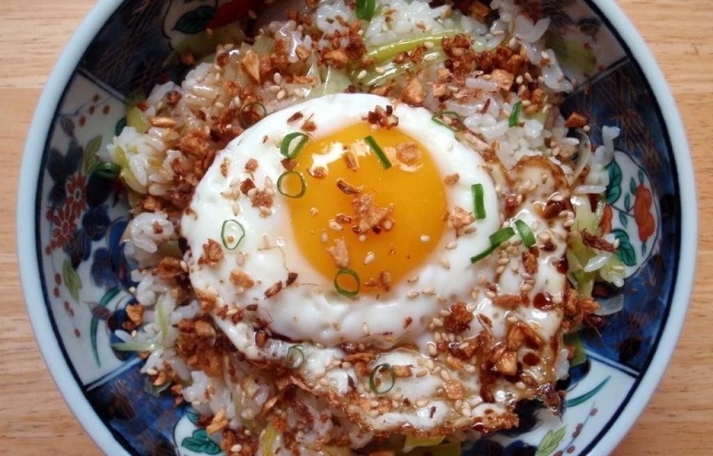 Ryż smażony z jajkiem i boczkiem