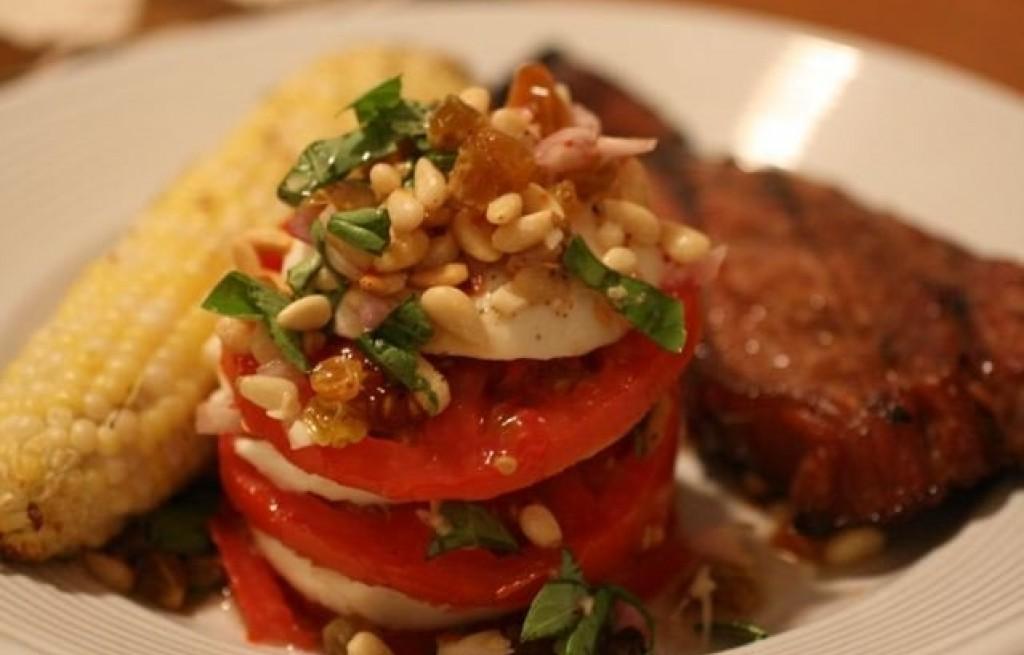 Kurczak z kukurydzą i stosem pomidorowym