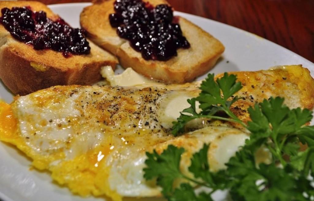 Grzanki z jajkiem i dżemem