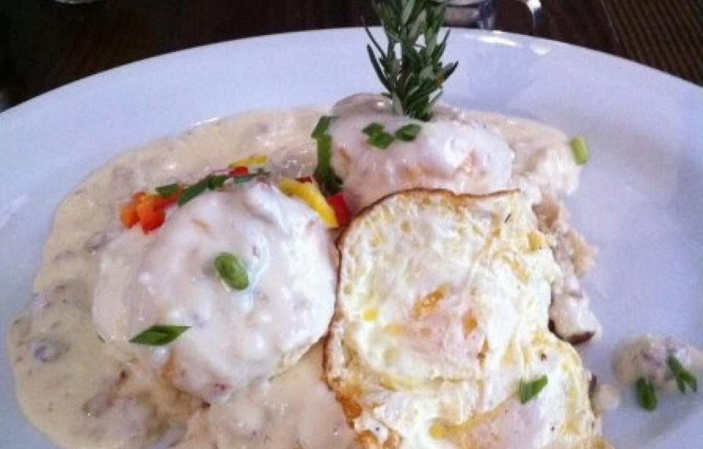 Ziemniaki z kiełbasą i jajkami w sosie czosnkowym