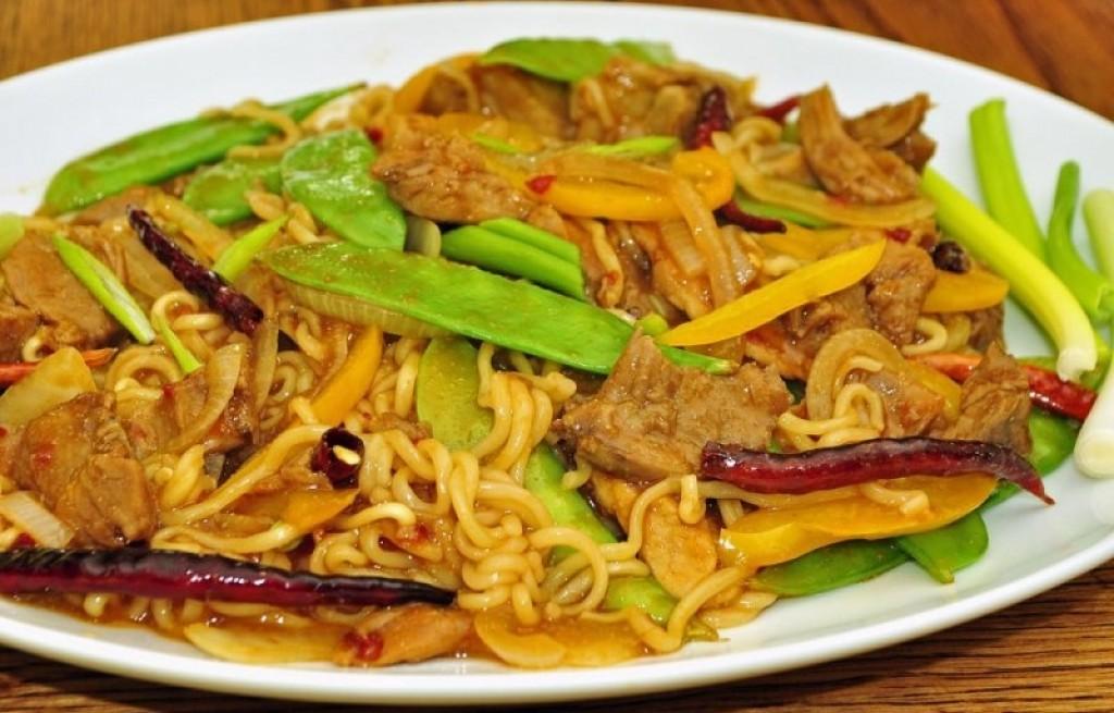 Makaron pikantny z warzywami i wołowiną
