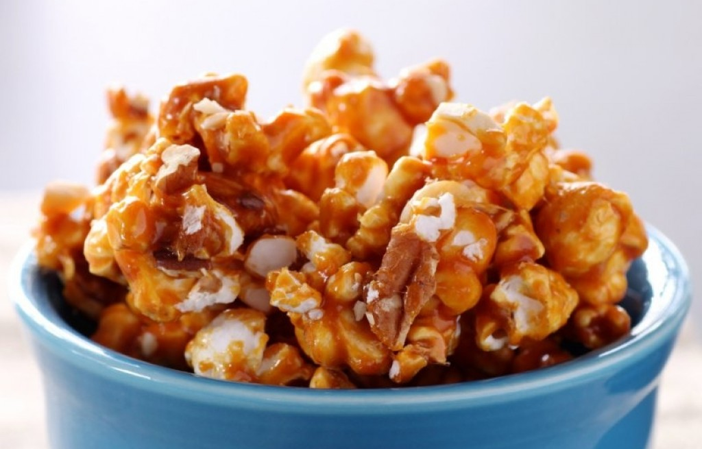 Karmelowy popcorn z orzeszkami i migdałami