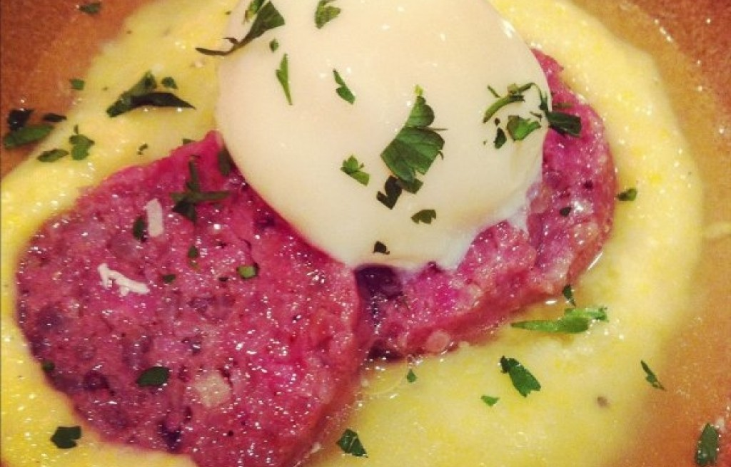 Cotechino z polentą i jajkiem