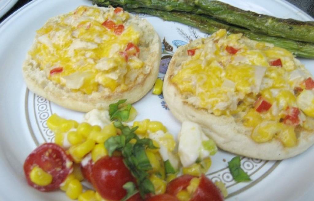 Bułki z jajkiem, tuńczykiem i warzywami