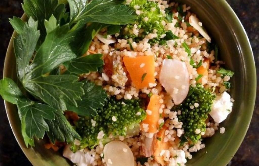 Kuskus z warzywami, migdałami i serem