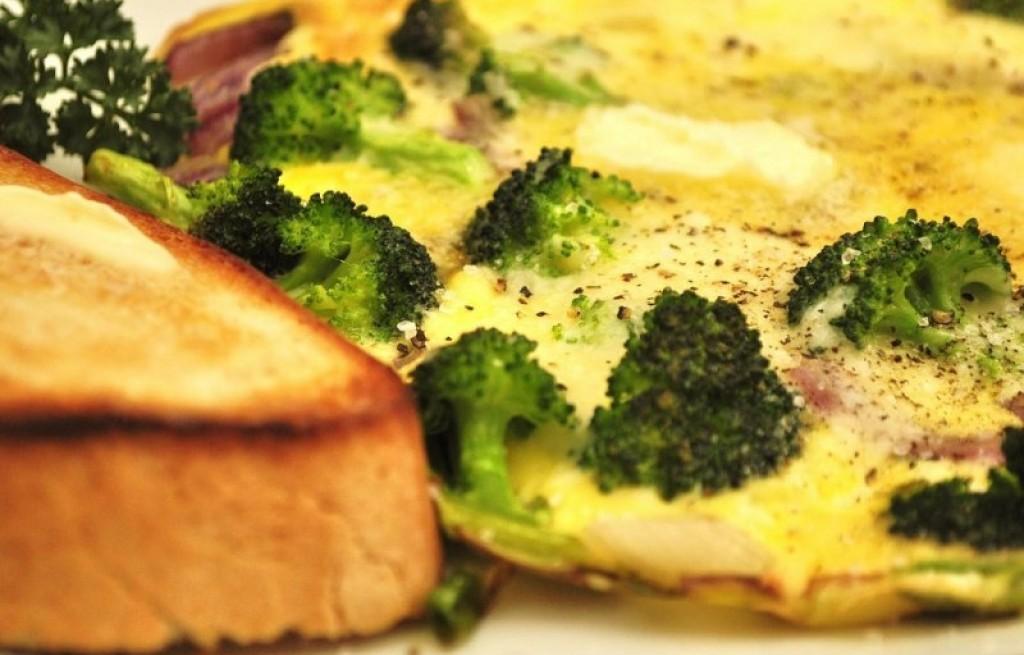 Omlet z brokułem, szynką i grzankami
