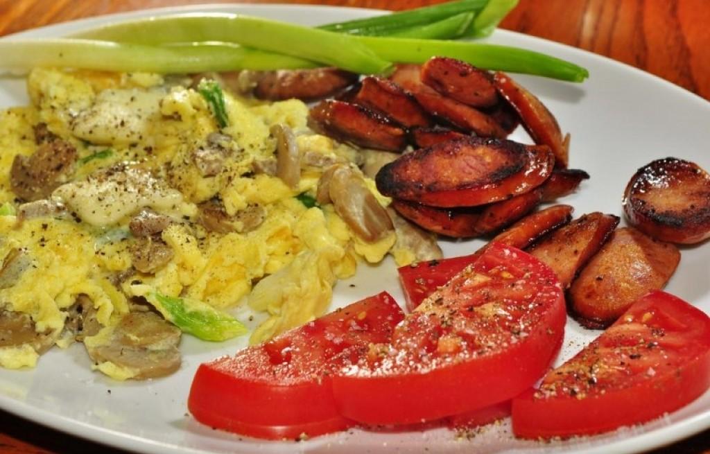 Jajecznica z pieczarkami, kiełbasą i porem