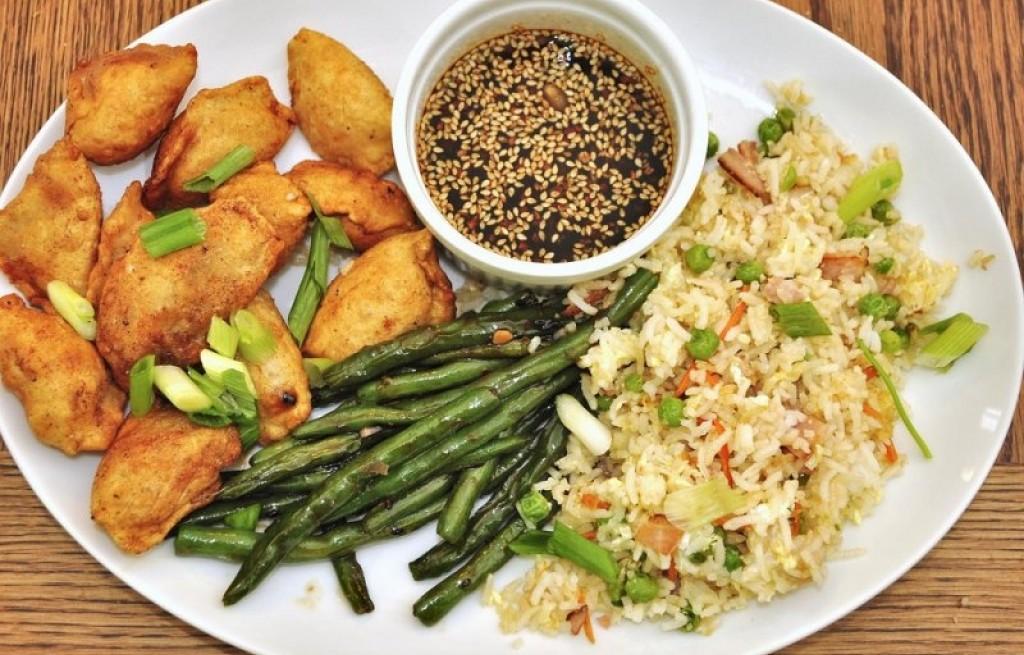 Pierogi z mięsem, ryżem i szparagami