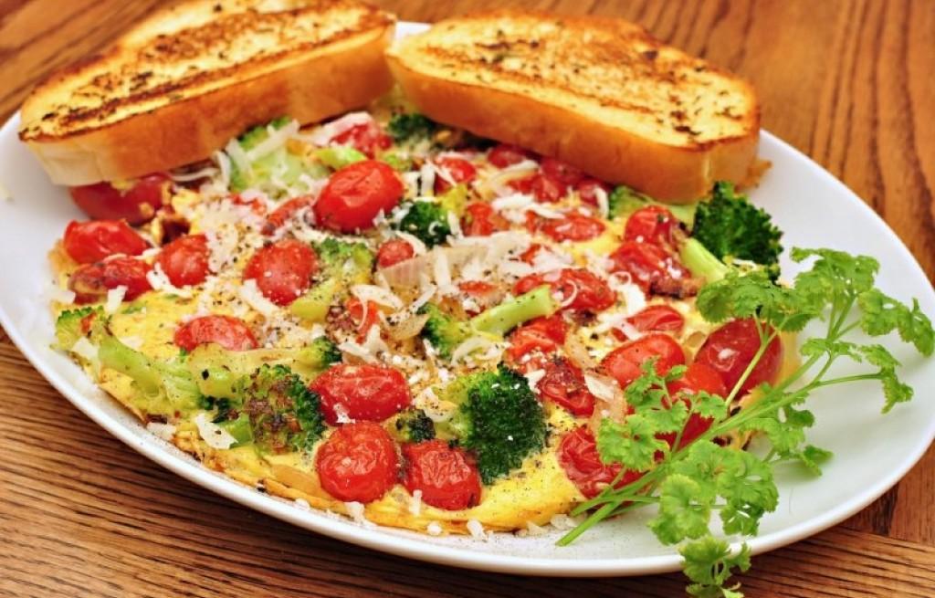 Frittata z pomidorami i brokułem