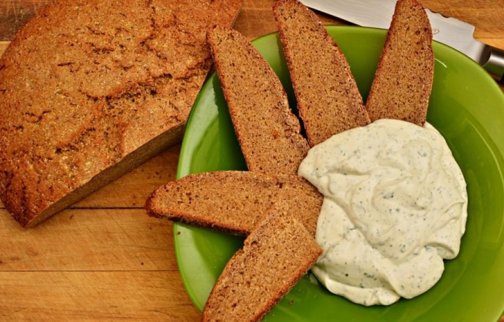 Chleb żytni z dipem koperkowym