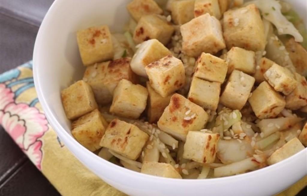 Sałatka ze smażonego tofu
