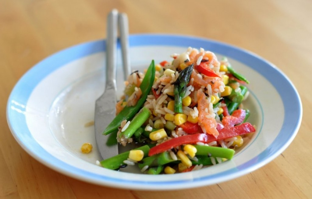 Sałatka ryżowa z rybą i warzywami