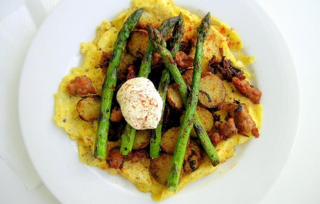 Omlet z boczkiem, ziemniakami i szparagami