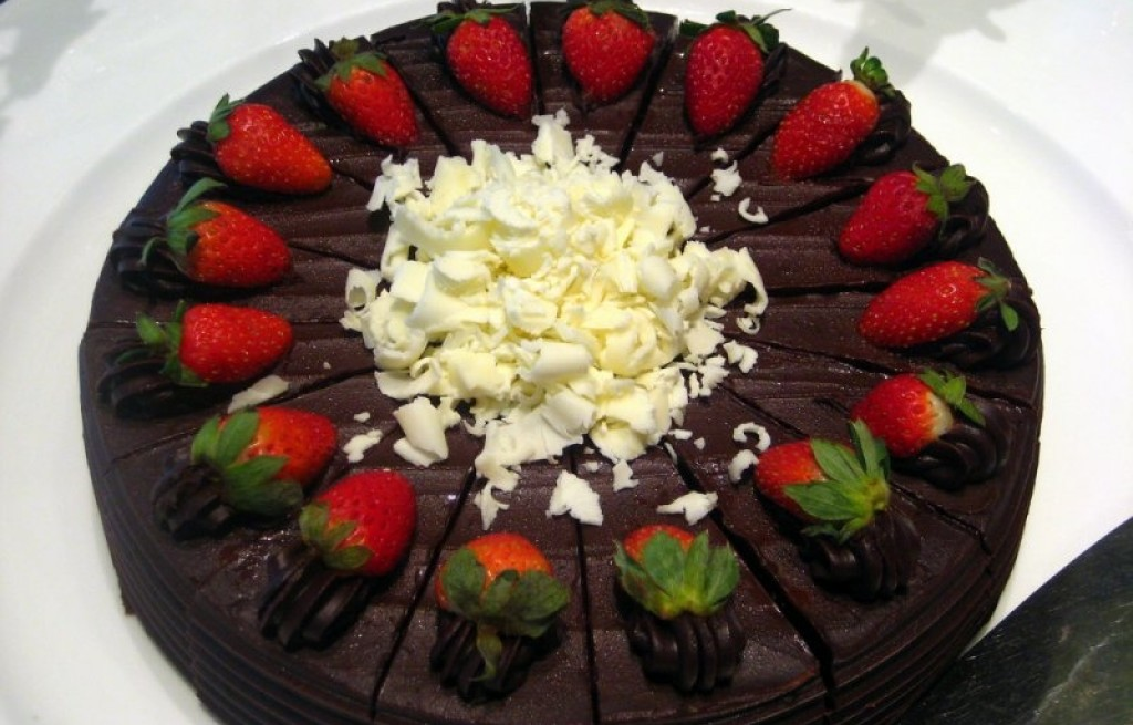 Tort czakoladowo-truskawkowy