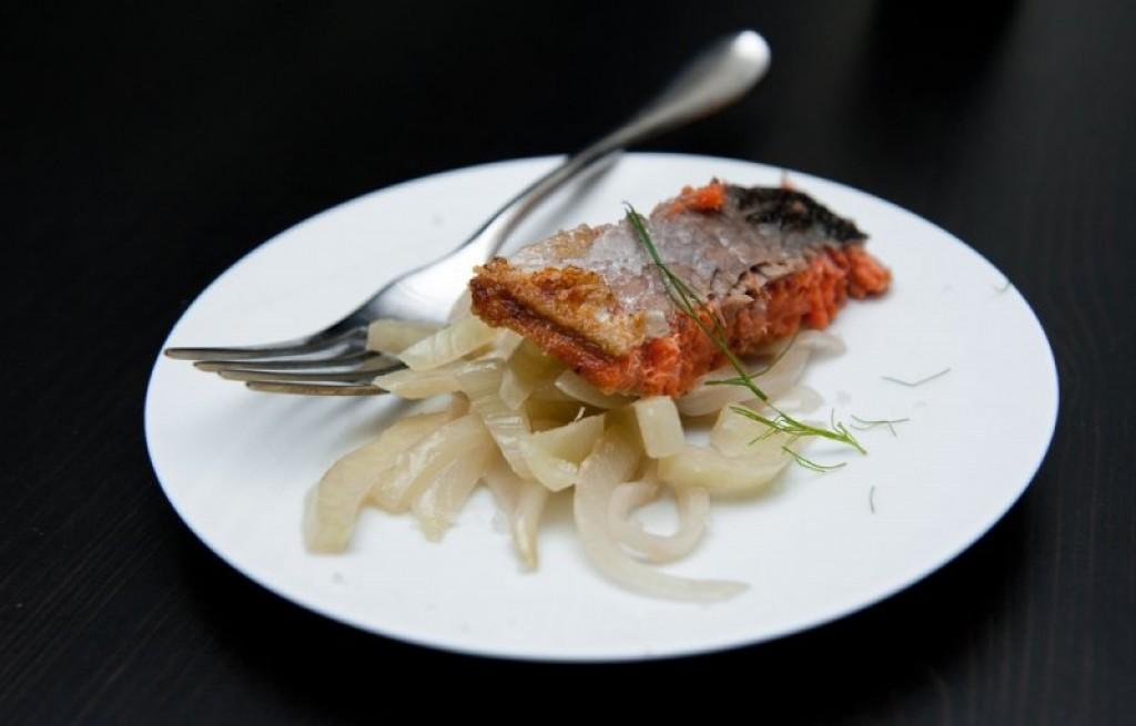Łosoś z selerem i cebulą