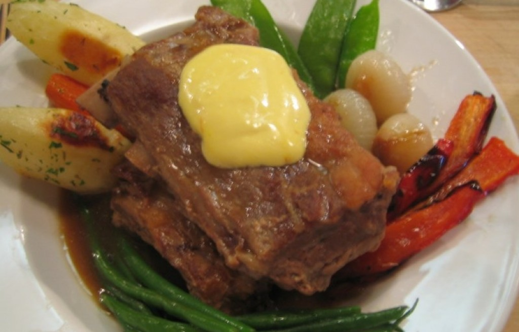 Żeberka z sosem, masłem i warzywami