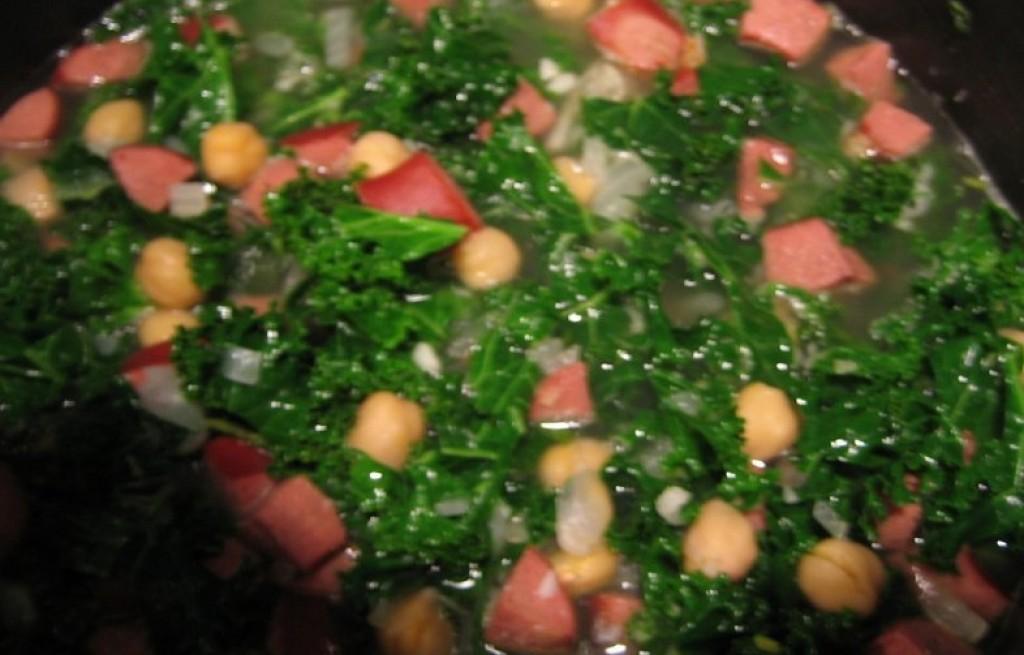 Zupa z ciecierzycy, jarmużu i kiełbasy
