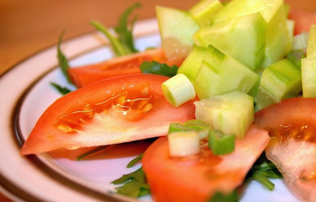 Czy spożywanie ogórka z pomidorem jest szkodliwe?