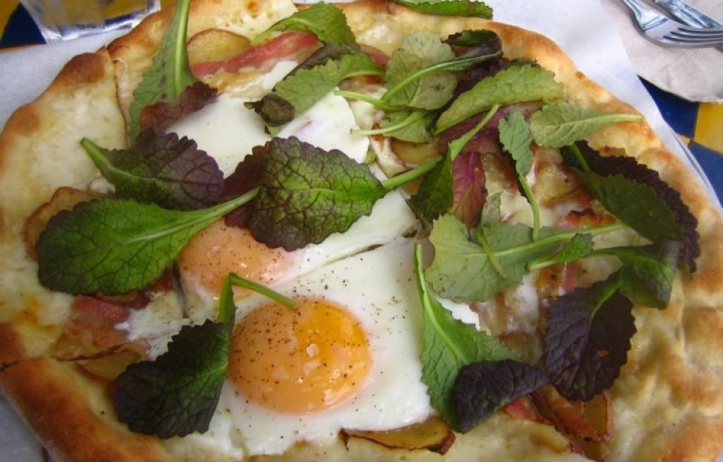 Pizza z jajkami, boczkiem i miętą