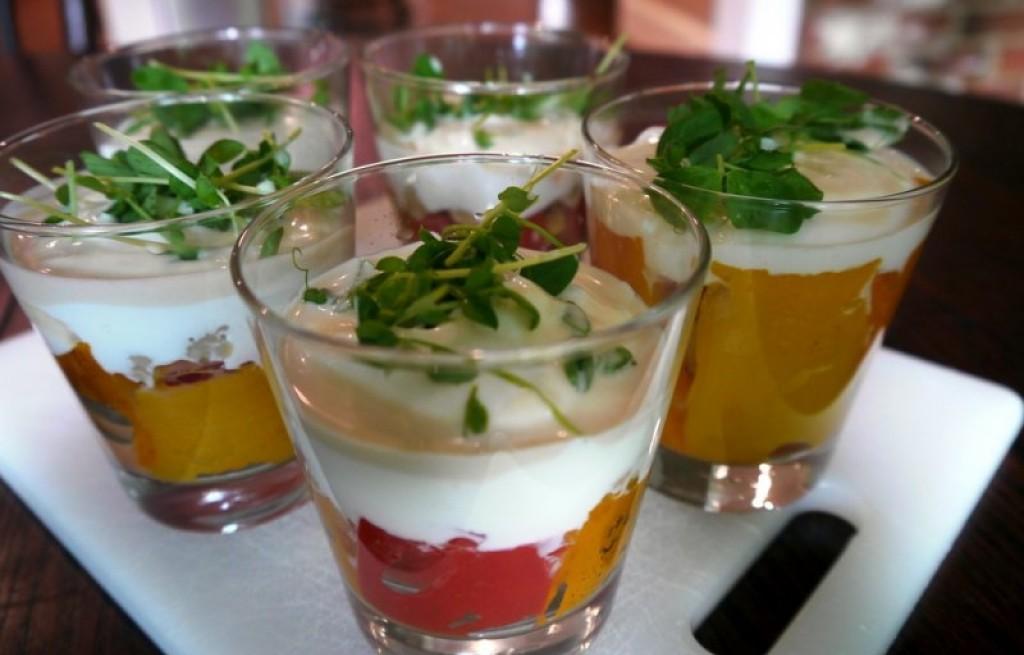 Papryka pieczona z ciecierzycą i jogurtem