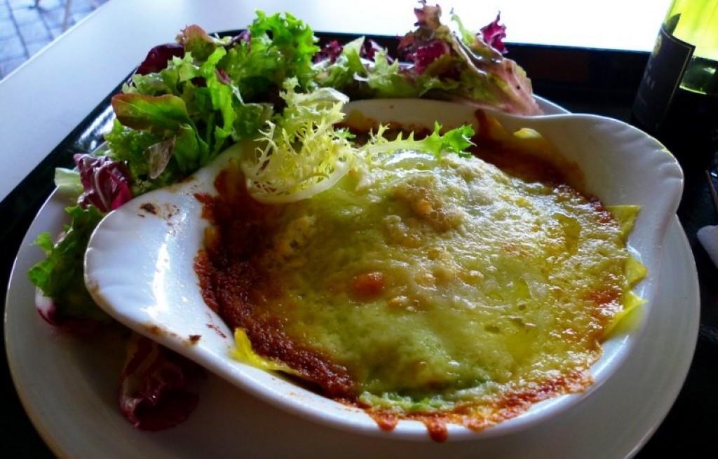 Zapiekanka z lasagne z groszkiem i kukurydzą