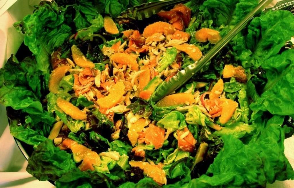 Sałatka ze szpinaku, orzechów i mandarynek