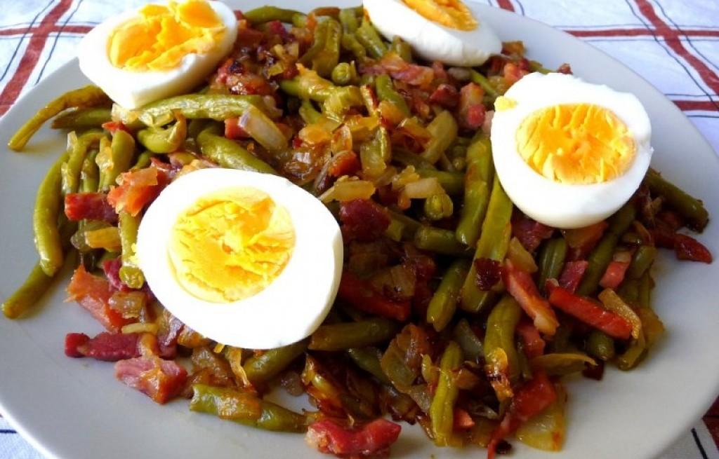 Fasolka z jajkami i szynką