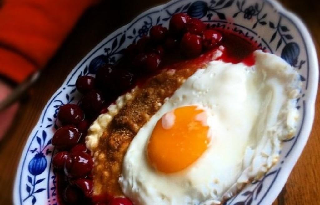 Ryż z konfiturą wiśniową i jajkami