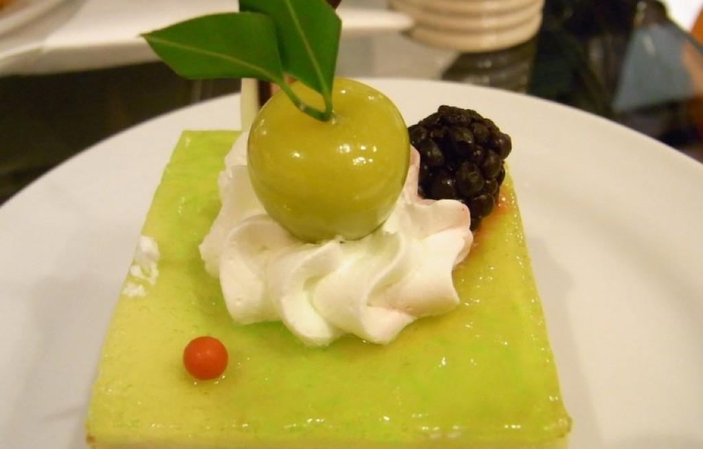 Sernik z galaretką, śmietaną i owocami