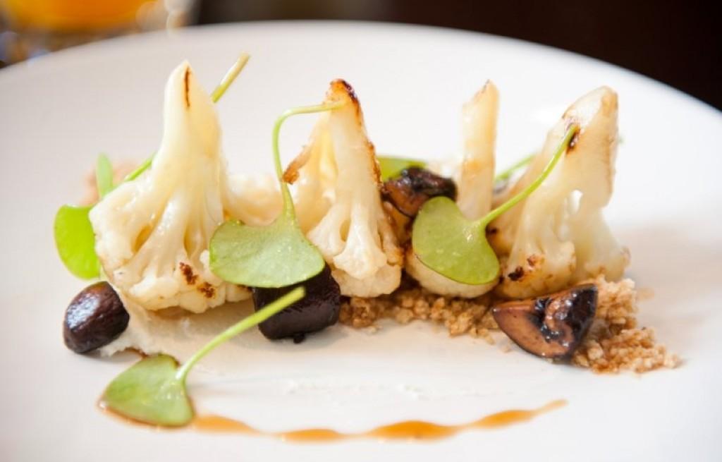 Kalafior z grzybami, kuskusem i miłorząbem