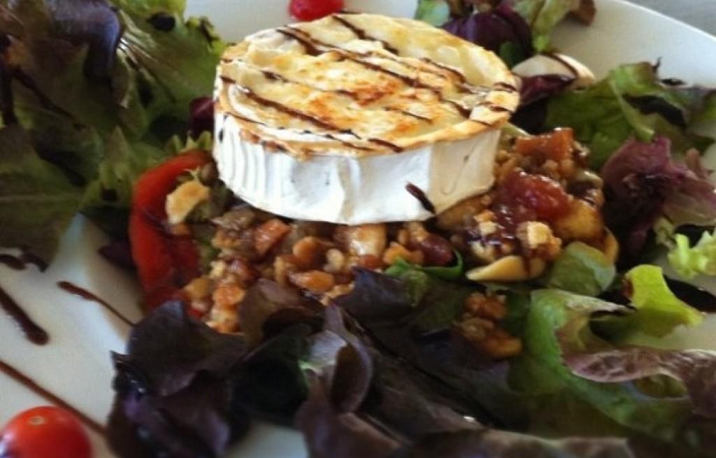 Sałatka z pigwą, orzechami i serem
