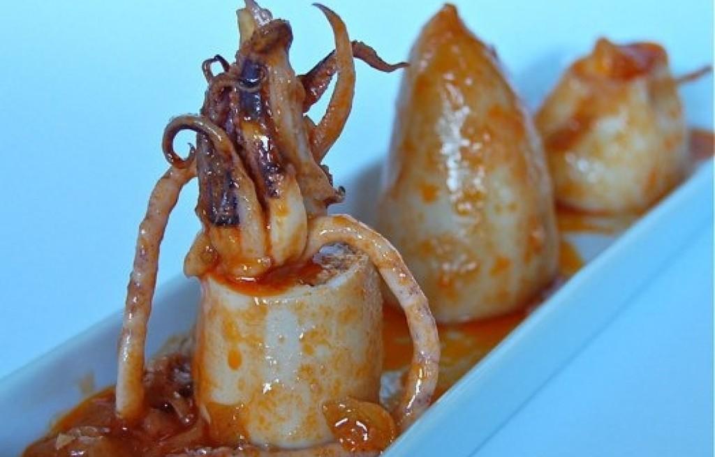 Kalmary nadziewane ryżem w sosie pomidorowym
