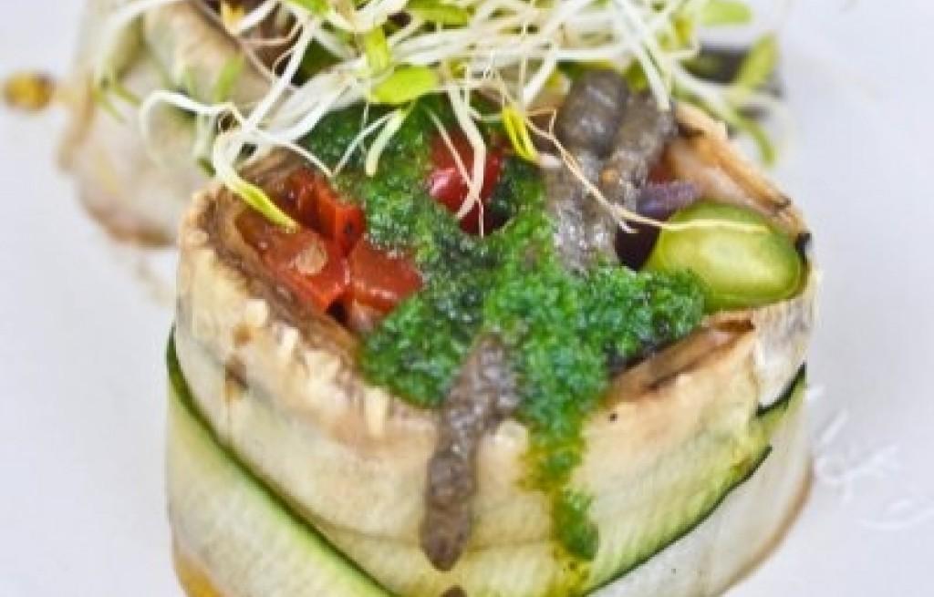 Roladki z placków tortilli, warzyw i sera koziego