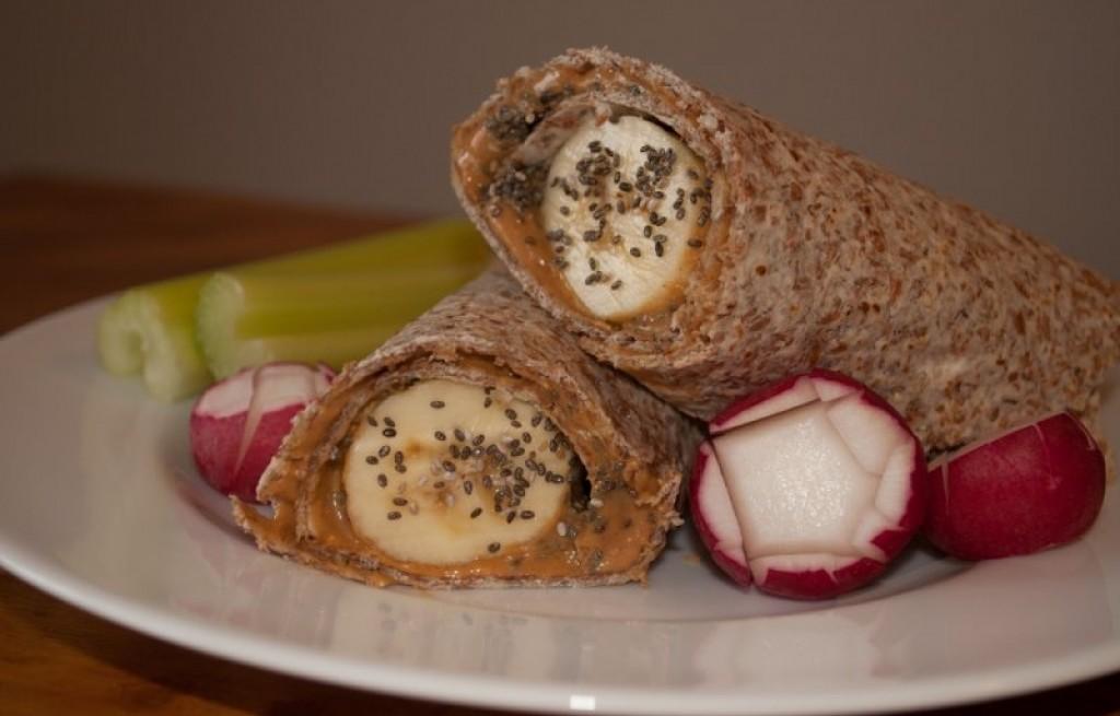 Tortilla z bananem, chia i maslem orzechowym