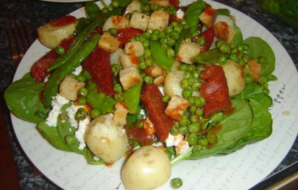 Sałatka warzywna z grzankami, kiełbasą i serem