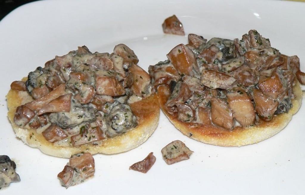 Confit grzybowy z muffiną angielską
