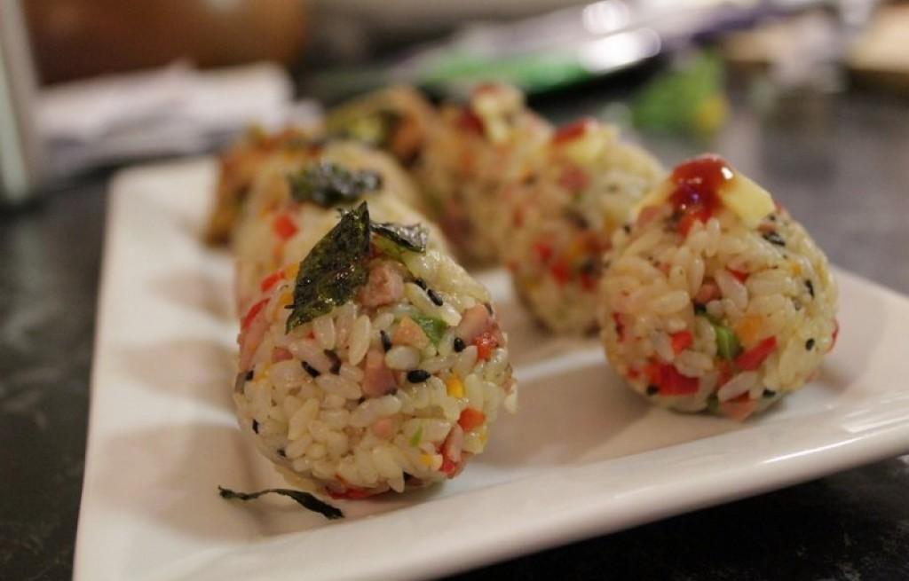 Kulki ryżowe z warzywami i boczkiem