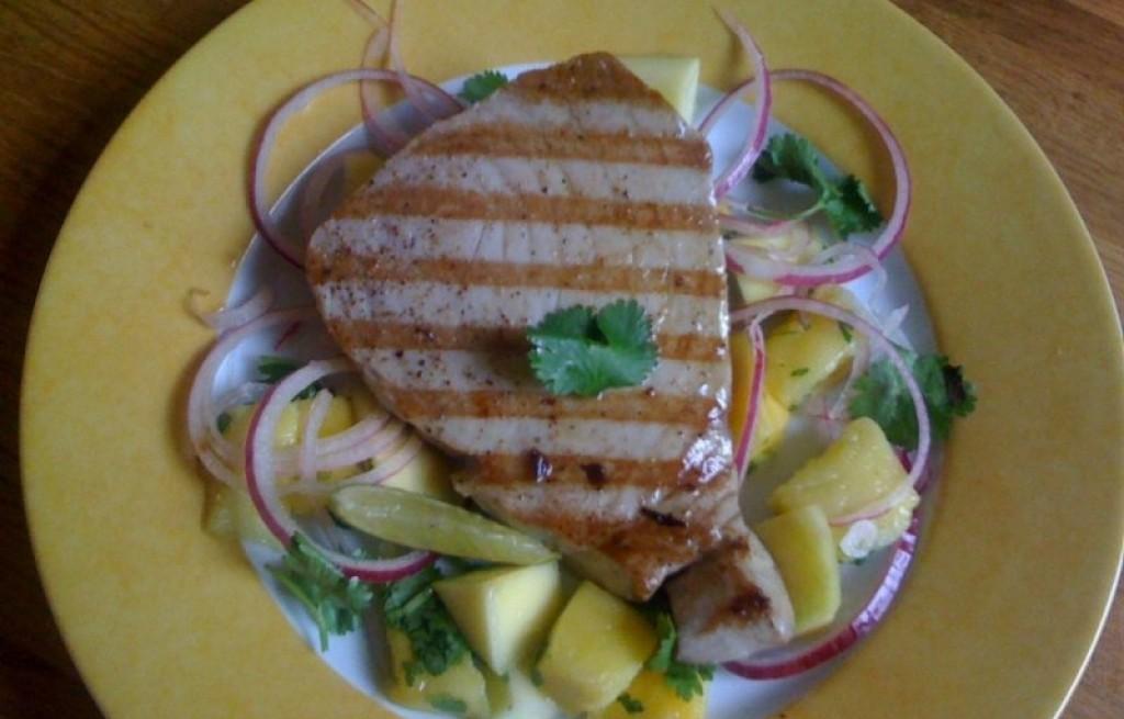 Tuńczyk grillowany z mango i cebulą