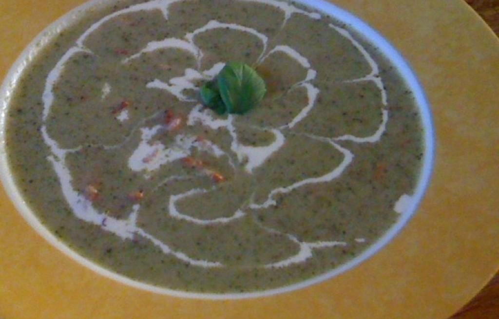 Zupa-krem z brokułów, boczku i orzeszków pinii