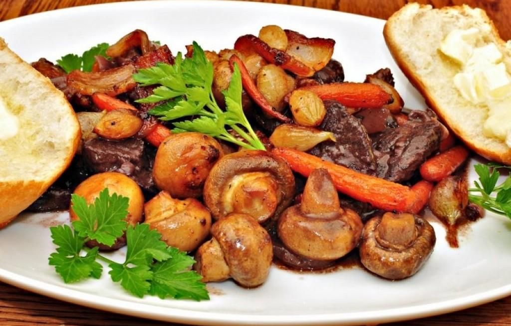 Wołowina duszona w winie z pieczarkami i warzywami