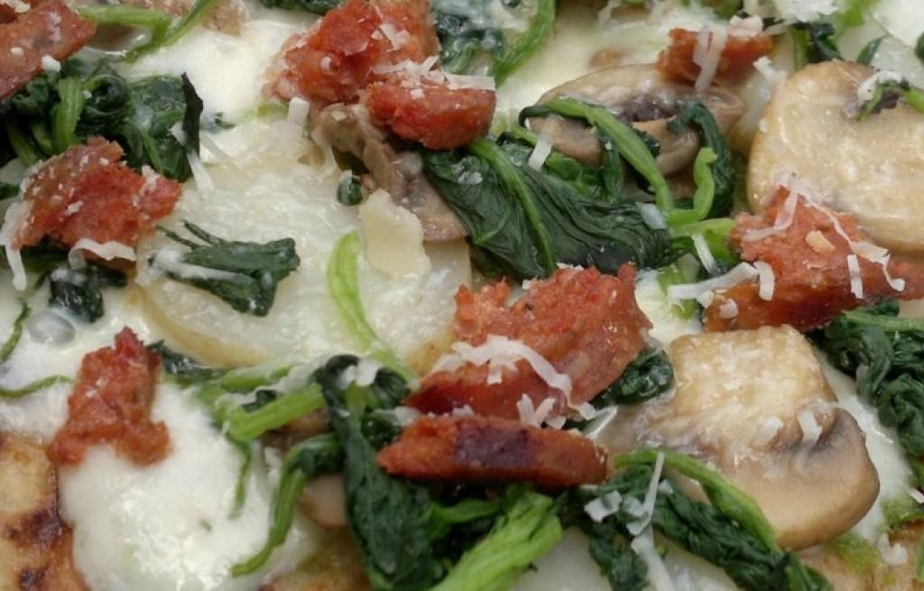 Pizza z ziemniakami, serem, szpinakiem i kiełbasą
