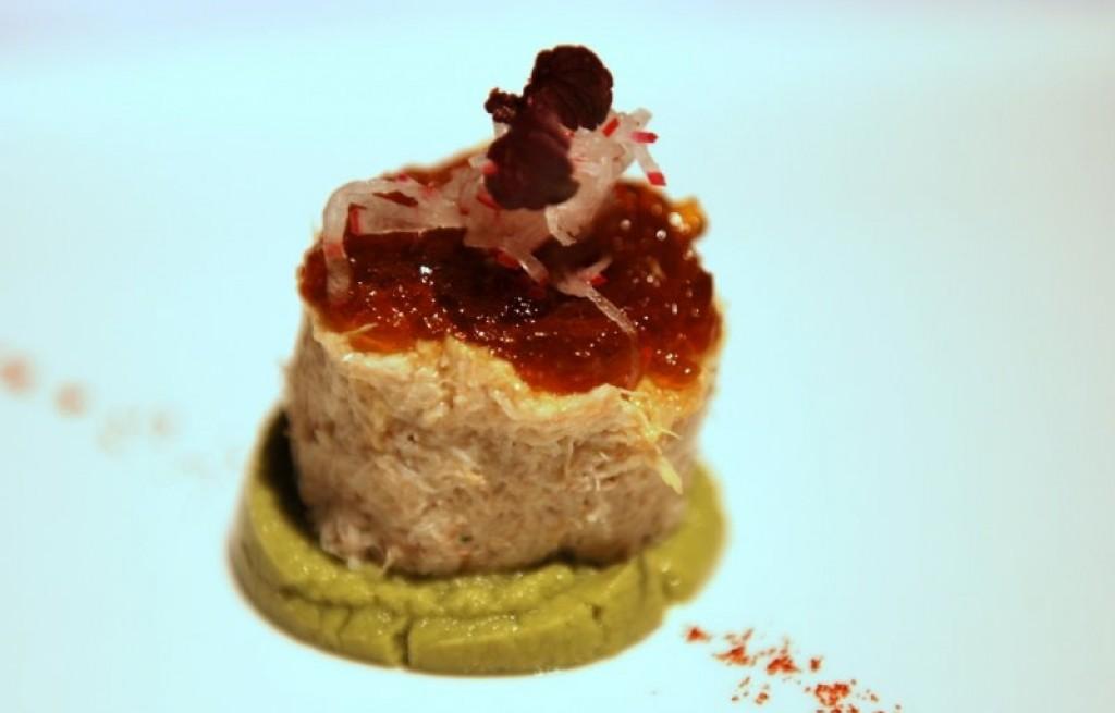 Sałatka krabowa z serem, ciecierzycą i awokado