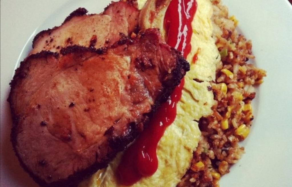 Omlet z kotletem, ryżem, kukurydzą i boczkiem