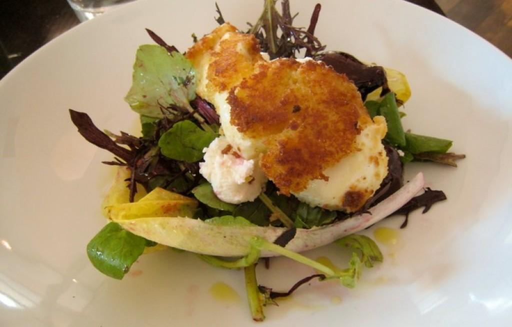 Sałatka z jajkiem, serem i miodem