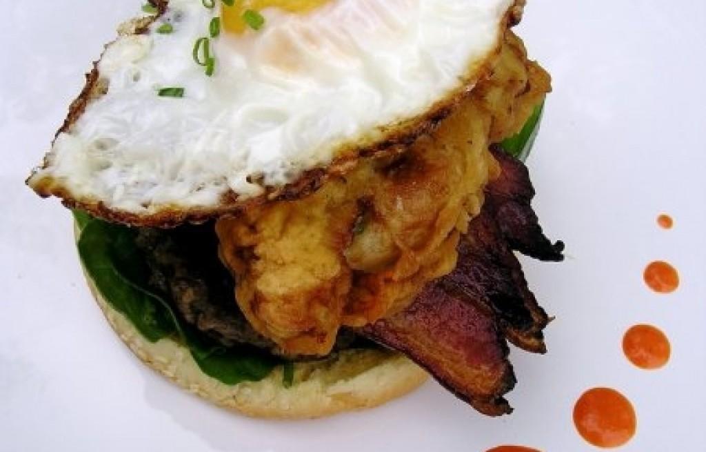 Burger z jajkiem, boczkiem i ostrygami