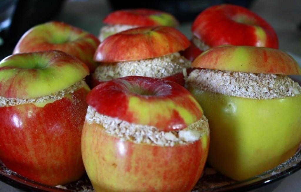 Jabłka zapiekane z płatkami owsianymi