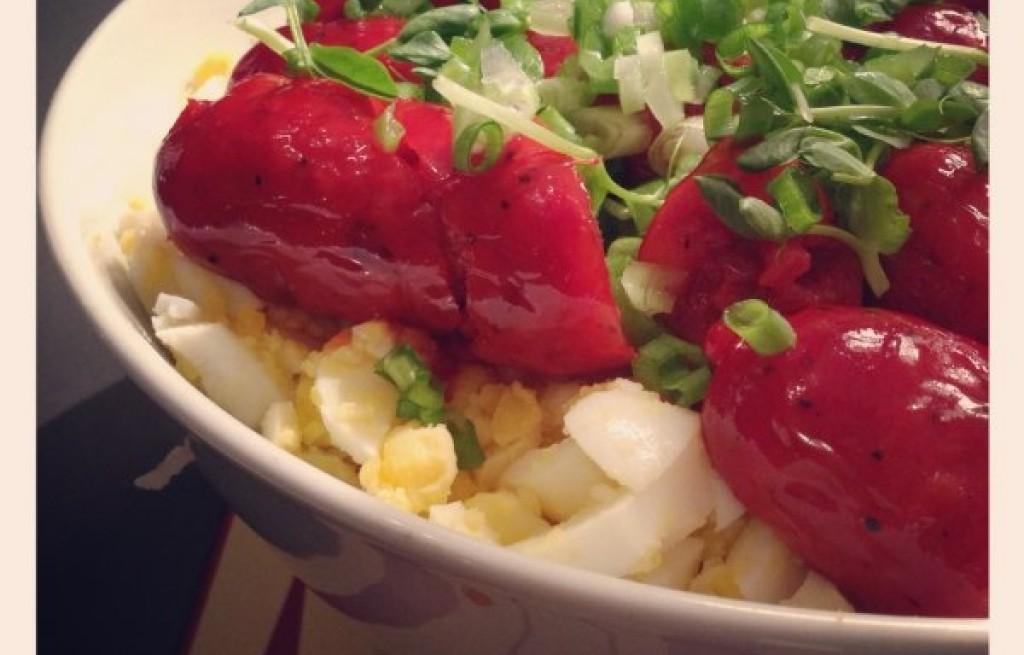 Kiełbasa grillowana z ryżem i jajkiem