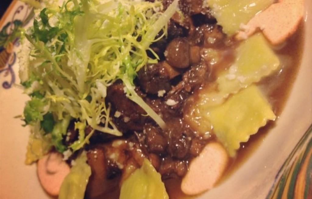 Gulasz wołowy z grzybami i ravioli