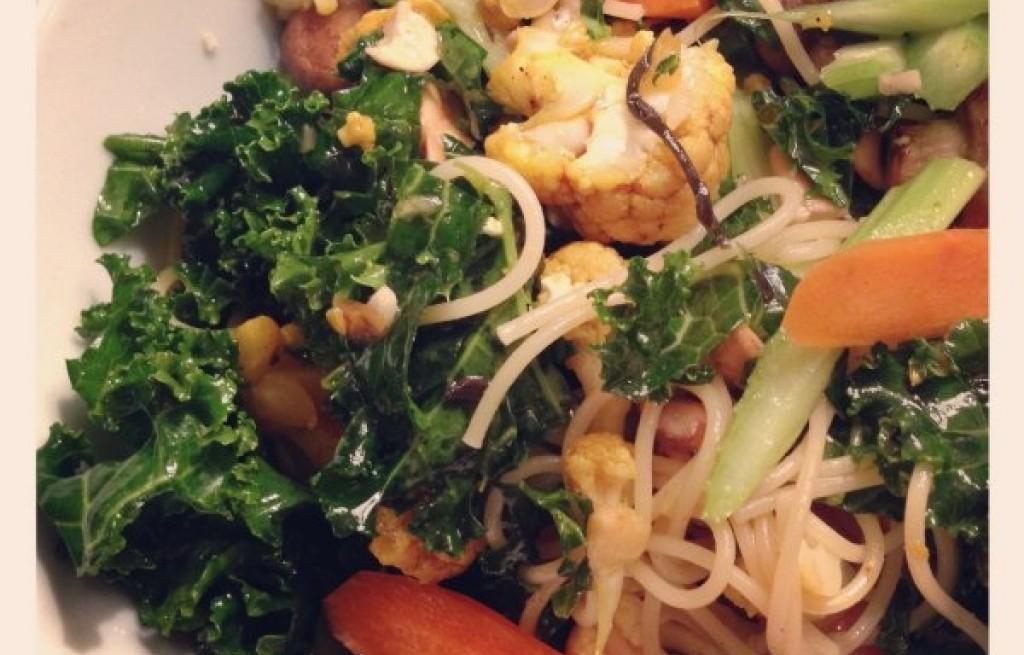 Sałatka rybna z makaronem i warzywami